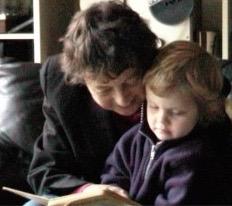 oma leest voor aan kleindochter
